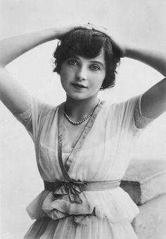 """Winifred Barnes photographed by Rita Martin, 1910′s. """