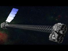 Concepto artistico del NuSTAR en órbita. NuSTAR tiene un mástil de 10 m (30') que despliega después del lanzamiento para separar los módulos de óptica (derecha) de los detectores en el plano focal (izquierda). NuSTAR tiene dos módulos idénticos de óptica para aumentar la sensibilidad. El fondo es una imagen del centro galáctico obtenido en el Observatorio de rayos x Chandra. Crédito de la imagen: NASA/JPL-Caltech
