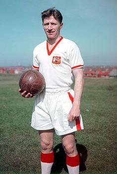 Roger Byrne + Dead in the crash.Roger Byrne est un ancien footballeur anglais né le 8 février 1929 à Manchester, et mort le 6 février 1958 à Munich, lors du crash de l'avion transportant les joueurs de Manchester United. Il jouait au poste de défenseur.