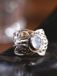 Iedereen die liefheeft, past deze opvallende zilveren ring. Rond de parelmoerkleurige maansteen staat de Latijnse tekst 'Diligo ergo sum' gegraveerd: Ik heb lief, dus ik besta. Een duidelijke knipoog naar de wereldberoemde uitspraak van de filosoof Descartes 'Cogito ergo sum' - Ik denk, dus ik besta.