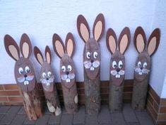 Osterhase aus Holz, Baumstamm, Osterhasenstamm, Osterdekoration, Hase