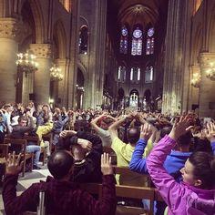 Estremecedora imagen en Notre Dame después de un ataque terrorista.