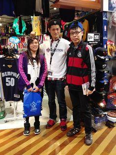 【大阪店】2014.11.24 台湾から観光でご来店です!ダンカンのTシャツとペイサーズのDVDをお買い上げ下さいました!ありがとうございます!また日本に来たら遊びに来てくださいね!