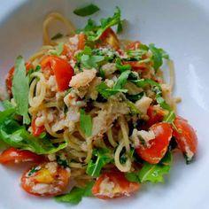 Snelle spaghetti met krab, rucola en tomaten