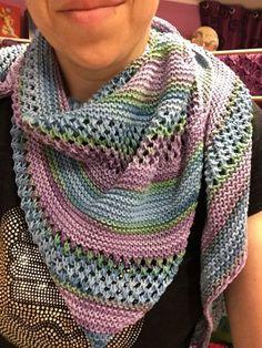 scialle anti freddo Loom Crochet, Crochet Shawl, Crochet Stitches, Knitting Videos, Loom Knitting, Baby Knitting, Knitted Poncho, Knitted Shawls, Shawl Patterns