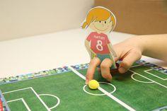 Les marionnettes à doigts version football : On place l'index et le majeur dans les 2 trous. Nos doigts deviennent les jambes du joueur !