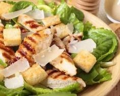 Salade caesar au poulet et au parmesan : http://www.fourchette-et-bikini.fr/recettes/recettes-minceur/salade-caesar-au-poulet-et-au-parmesan.html