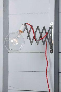 Ce fait sur commande dordre Wall Mount Scissor Light est livré avec  -Socket céramique (Max 250V)  -Bras de Scissor articulé  -4 pi de chiffon couverts cordon dans votre choix de couleur (300 v Max)  -Prise murale blanche ou noire    Dimensions  Cordon - 4 pi Long    Interrupteur (en option) - est situé sur le cordon, 2 mètres de la prise murale (110v) (note : pour les USA / Canada utiliser uniquement)    Électrique cordon et prise de courant fonctionne nimporte où dans le monde.    Nous…