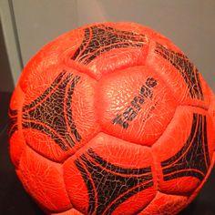 La famosa pelota naranja del Beto Alonso contra Boca (1986) Alonso, Soccer Ball, Plates, Funny Pictures, Orange, Argentina, Food Cakes, Colors, Licence Plates