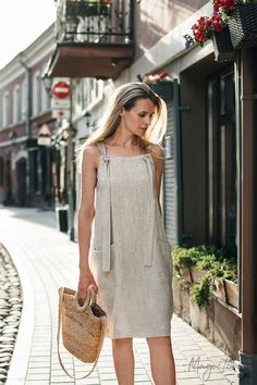 Linen pinafore dress Visby is the perfect summer staple. Style it over a t-shirt or wear it alone. Available in various color options> Jumper Dresses: 15 Outfit Ideas and Options to Shop Now Short Summer Dresses, Simple Dresses, Casual Dresses, Hijab Casual, Casual Clothes, Casual Outfits, Outfit Stile, Pinafore Dress, Linen Dresses