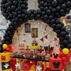 Mini y mickey Festa Mickey Baby, Mickey Mouse Birthday Decorations, Theme Mickey, Fiesta Mickey Mouse, Mickey Mouse Parties, Mickie Mouse Party, Mickey Mouse Centerpiece, Disney Parties, Mickey 1st Birthdays
