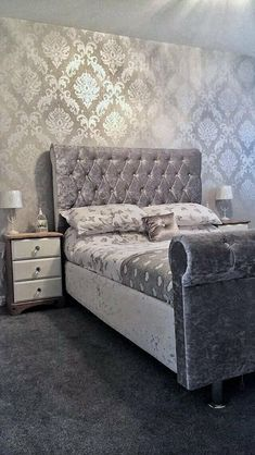 HENDERSON INTERIORS Chelsea Glitter Damask Wallpaper Soft Grey, Silver The perfect way to create a luxurious feel throughout your home is with a Stunning Wallpaper that glistens in every lig Glitter Bedroom, Silver Bedroom Decor, Feature Wall Bedroom, Home Bedroom, Master Bedroom, Modern Bedroom, Dream Rooms, Luxurious Bedrooms, My New Room