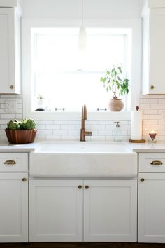 Simply beautiful gold & white traditional kitchen with farmhouse sink. LOVE the bronze tap and handles! www.restorationonline.com.au