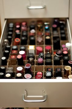 diy makeup organizer I need to do this with our nail polish in my house! Lipstick Collection, Makeup Collection, Rangement Makeup, Lipstick Organizer, Diy Lipstick Holder, Makeup Storage Organization, Organization Ideas, Storage Ideas, Diy Beauté