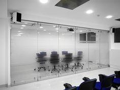 Стильные раздвижные перегородки из стекла для офисных помещений. помогут решить задачи по формированию отдельной комнаты в короткое время. Несколько стеклянных панелей огородят пространство.