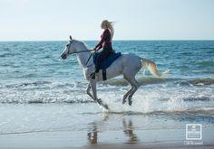 Die Reiterin hat die Beine zu weit vorn, dadurch verspannt sich das Pferd. So nicht, bitte!