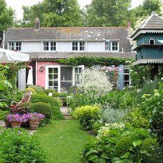 In het Zeeuwse Kloetinge, aan het oude dorpsplein, ligt B&B Het Kloetings Tuincafe. Het historische pleintje is al leuk, maar zodra je bij Hennie Menken naar binnen gaat weet je niet meer waar je kijken moet! Kunst aan de muur, brocante in de kast, weelderige bloemen in de tuin. Je komt ogen te kort, wat is het hier leuk!