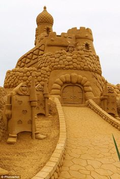 Zandsculpturen festival. 40 'sand' artists from all over the world realized at the Belgian Coast a huge 'sand village' on 4.000 m2 dedicated to the magic world of fairytales and cartoons - so many amazing sandcastles!