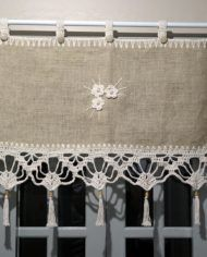 Diy Curtains, Curtains With Blinds, Valance, Alpillera Ideas, Relaxed Roman Shade, Lace Window, Shabby Chic Kitchen Decor, Romantic Shabby Chic, Crochet Table Runner