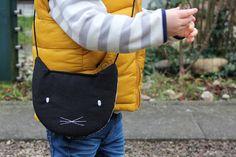 Nähe eine Tasche in Katzenform für Dein Kind. Das Innere ist mit einer Plastiktüte gefüttert, sodass man sie gut auswaschen kann.