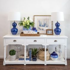 Hamptons Style - Blue and White Console with Beach House Decor Die Hamptons, Hamptons Style Decor, Hamptons Beach Houses, Hamptons Style Bedrooms, Hamptons Living Room, Hamptons House, Coastal Living Rooms, Living Room Decor, Living Area