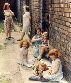 Women and Young Girls Out in the Street - Manchester 1965 oh what a wonderful photo! Vintage Photography, Street Photography, Shirley Baker, Old Photos, Vintage Photos, 1960s Britain, Street Portrait, Salford, Documentary Photography