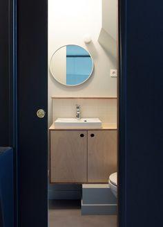 Romain, chambre mansardée transformée en 2 pièces-cuisine à Paris par Batiik Studio - Journal du Design