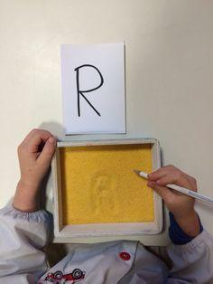 Scuola dell'infanzia. Scriviamo le lettere nella farina della polenta. Metodo montessori