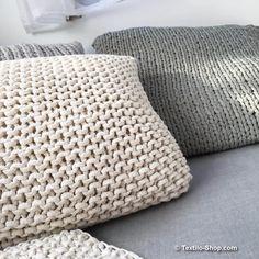 Textilgarn & Bändchengarn und dicke Wolle • Ideen und Beispiele zum Stricken & Häkeln mit Textilgarn, Bändchengarn Jute, Chunky Crochet, Merino Wool Blanket, Knitting Projects, Home Deco, Throw Pillows, Sewing, Blog, Diy
