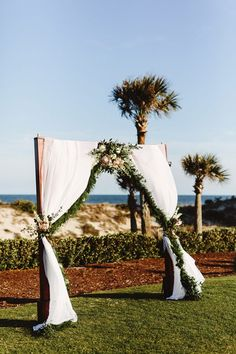 wedding altar decor - photo by Pat Furey http://ruffledblog.com/elegant-waterside-wedding-in-florida