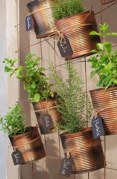 Vertical Garden: Amazing ideas to transform - Recycled Garden Ideas Herb Garden Design, Vegetable Garden Design, Veg Garden, Indoor Garden, Indoor Plants, Home And Garden, Balcony Gardening, Tin Can Crafts, Diy Crafts To Sell