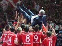 Die Spieler des FC Bayern tragen ihren scheidenden Coach Jupp Heynckes nach dem Spiel auf Händen. (Foto: Kay Nietfeld/dpa)