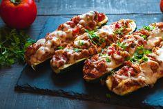 Paradicsomos, darált húsos töltött cukkini: sok sajttal a tetején az igazi Golo Recipes, Chicken Zucchini Boats, Protein, Gluten, Ground Chicken, Naan, Bologna, Meal Planning, Food And Drink
