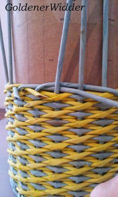 """Плетение из газетных трубочек: Узор """"крестики"""" одинарной трубочкой внутри. Нечётное количество. Круглая форма. Newspaper Crafts, Diy Home Crafts, Weaving, Basket, Crafty, Quilts, Calla Lilies, Newspaper, Recycled Crafts"""