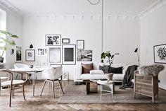 Stort vardagsrum med plats för både soffgrupp och matsalsbord. Aschebergsgatan 27 - Bjurfors