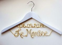 Le #Mariee = La #Novia  Percha Perchas Personalizadas dos lineas con fecha en alambre.  #CustomHanger on top with date .