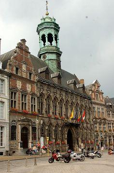 Het stadhuis van Mons werd in de vijftiende eeuw binnen twintig jaar gebouwd en tot de dag van vandaag herkenbaar vanwege de gotische stijl.