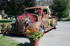 Garden Junk, Garden Pots, Garden Ideas Diy Cheap, Flower Truck, Yard Ornaments, Texas Gardening, Window Planter Boxes, Farm Stay, Rustic Crafts