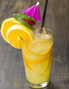 Recette Cocktail scorpion au rhum blanc et orange : Versez le rhum, le cognac, les jus d'orange et de citron, et le sirop d'orgeat dans un shaker rempli de ...