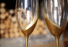 Pin for Later: 22 DIYs For the Most Glamorous Wedding Imaginable Gold-Dipped Glasses Jazz up simple Champagne flutes for your wedding with this nontoxic metallic spray-paint DIY. Do It Yourself Quotes, Do It Yourself Home, Gold Diy, Gold Gold, Diy Ouro, Diy Spray Paint, Diy Wedding Gifts, Wedding Ideas, Champagne Glasses