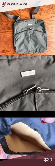 Baggalini gray messenger bag EUC Smoke and pet free home. Bundle discount 20%. Good size bag. Perfect for traveling! Baggallini Bags