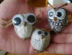 owls with walnut shell Fall Crafts, Halloween Crafts, Christmas Crafts, Diy And Crafts, Arts And Crafts, Pista Shell Crafts, Walnut Shell Crafts, Diy For Kids, Crafts For Kids