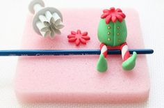 How to make this cute fondant elf! Lovely and easy to follow tutorial.