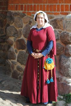 Reconstruction of Christine de Pisan's (end of 14th century) gown in lovely burgund wool. Alle items hand-sewn, pouche made of hand-wooven wool.
