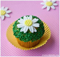 Simple daisy cupcakes - These are simple daisy cupcakes that you can make in very little time without any fancy tools. They look very nice on cakes and cupcakes Cupcakes Flores, Daisy Cupcakes, Easter Cupcakes, Fun Cupcakes, Fondant Cakes, Cupcake Cakes, Fondant Icing, Photo Food, Cakes Plus