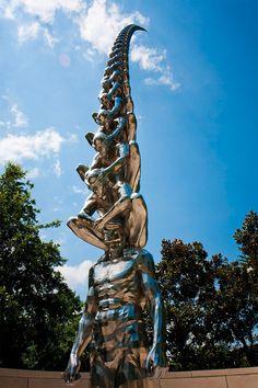 Voici un travail imposant et plein de sens. Il s'agit de la nouvelle création de l'artiste coréen Do Ho Suh, une sculpture de 7 mètres de haut, installée dans le jardin Sydney and Walda Besthoff Sculpture Garden du  New Orleans Museum of Art. Capturée ici dans une série de photographies d'Alan Teo, l'oeuvre est une tour constituée d'hommes superposés, où chacun cache les yeux de l'autre.