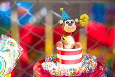 Macaquinho do circo (decorativo)  Medida aproximada: 10 cm de altura x 7,5 de largura (com o chapéu)  Também pode ser utilizado para decorar o bolo  Crédito da primeira foto: Simone Mascarenhas  PRODUTO EXCLUSIVO ATELIÊ MÃOS À ARTE - DOCES ENCANTOS