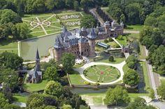 Kasteel de Haar, Haarzuilens, provincie Utrecht. Neogotiek. In 1890 erfde baron Etienne van Zuylen van Nyevelt van de Haar (1860-1934) de kasteelruïne van zijn vader Gustave van Zuylen (1818-1890). Etienne was  getrouwd met barones Hélène de Rothschild (1863-1947). Mede dankzij haar fortuin had Etienne de middelen om het voorvaderlijk kasteel op een grandioze manier te laten herbouwen. Voor de herbouw van het kasteel werd de beroemde architect Pierre Cuypers ingeschakeld.