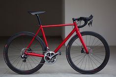 A slightly deeper shade than rosso corsa makes the @stelbel_official SB/03 even more seductive. PMP hubs, WR Compositi rims and Di2 is icing on the cake. Full story on this TIG welded race machine on Cycle EXIF today.