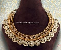 The jalebi style linked gold necklace adorned with round polki coins with star design where intricacy meets royalty and tradition meets class Gold Temple Jewellery, Gold Jewellery Design, Gold Jewelry, Jewelry Art, Jewlery, Trendy Jewelry, Simple Jewelry, Antique Necklace, Antique Jewellery